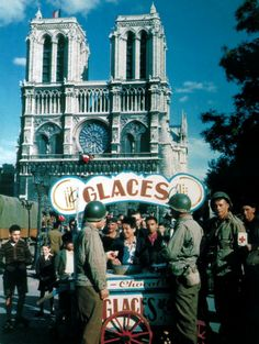 American servicemen buy ice creams from a stall outside the cathedral of Notre Dame de Paris after the liberation of the city in August 1944. (Photo by Galerie Bilderwelt/Getty Images)