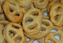 Covrigei sărati Onion Rings, Ethnic Recipes, Food, Meal, Eten, Hoods, Meals, Onion Strings