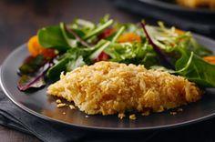 Dans cette nouvelle recette épatante de poisson-frites, enrobez votre poisson de croustilles avant de le faire cuire.