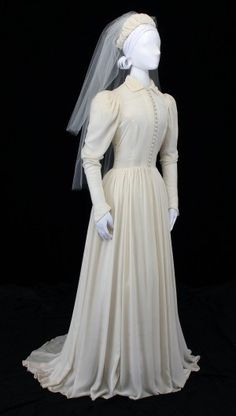The wedding dresses are clothes worn by the brides on their wedding day. The style of these wedding dresses depends upon the religion and culture of the 1930s Fashion, Vintage Fashion, Vintage Style, Vintage Bridal, Vintage Weddings, 1930s Wedding, Old Fashioned Wedding Dresses, Vintage Dresses, Vintage Outfits