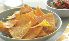 Chips nachos maison avec Thermomix, des chips facile à réaliser chez vous et à servir en apéritif avec un sauce cheddar ou une sauce tomate piquante. Nacho Chips, Tortilla Chips, Sauce Cheddar, Toffee, Snack Recipes, Tacos, Sauce Tomate, Nutrition, Healthy