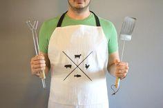 Keep your clothes spic and span while you cook with a DIY apron. These free apron patterns will show you how to sew a variety of aprons in every style imaginable, from the kitchen to the garden. Take a look at our collection of apron sewing patterns. Homemade Fathers Day Gifts, Diy Gifts For Dad, Diy For Men, Homemade Gifts, Fathers Gifts, Homemade Beauty, Kids Gifts, Unique Diy Father's Day Gifts, Small Gifts