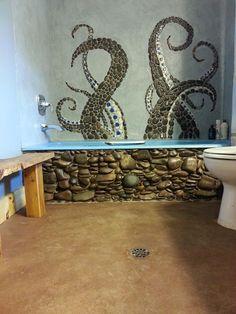 Blaue schnörkel an der dusche außen und am boden, den schwarz-weiß-Wasserfall in der dusche und blaue tentakel mit weißen Saugknöpfen auf schwarzen kieseln an der badewanne bis zum fenster.... Was meinst du?!
