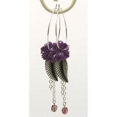 Oorbellen met fijne paarse bloemetjes en zilveren blaadje - http://www.onlinejuwelenkopen.be/paarse-oorbellen-met-zilveren-blaadje?search=paars&page=1