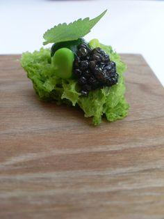 Cake spongieux, épinards, petits pois, anis et caviar
