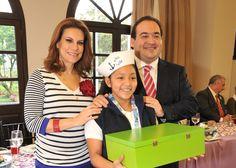 El gobernador Javier Duarte de Ochoa entregó un obsequio a la coordinadora nacional del XXXV Concurso Nacional de Pintura Infantil El Niño y la Mar, la teniente de navío Carmelita Juárez Sánchez.