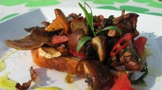 Toast med skogsopp og estragon fra Stig Juelsen og NRK Mat. Tandoori Chicken, Chili, French Toast, Vegetarian, Meat, Breakfast, Ethnic Recipes, Food, Beef