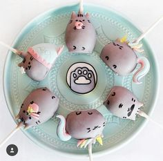 I mean paw! How cuuuute are these Pusheen cake pops by We have Pusheenicorn, mermaid… Pusheen Cakes, Pusheen Birthday, Cat Birthday, Cute Food, Yummy Food, Keks Dessert, Cookie Pops, Cute Desserts, Monster Party