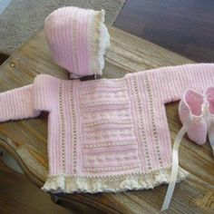 Lovely pink & ecru baby sweater, easy T-square shape, ruffles ~~ CONJUNTO JERSEY, CAPOTA Y PATUCOS