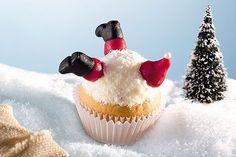Nikolaus im Schnee: Aus dem Weihnachtsmuffin schauen nur noch rote Mütze und Stiefel des Nikolaus. Das Rezept für den lustigen Muffin gibt's hier! © Bassermann Verlag/Ketterer&Layher
