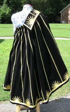Elizabethan medallion cape - (for UL game - a good Jakobian cape if done in royal blue since Jakob's colors are gold and royal blue)