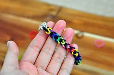 The Cheese Thief: New Rainbow Loom Pattern Tutorial: Inverted Fishtail and Double Inverted Fishtail Bracelet Loom Band Bracelets, Rubber Band Bracelet, Rainbow Loom Bracelets, Diy Bracelets Easy, Loom Bands, Rainbow Loom Tutorials, Rainbow Loom Patterns, Kids Jewelry, Jewelry Crafts