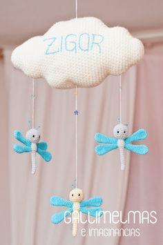 Un móvil con libélulas para el pequeño Zigor ❤ | Gallimelmas e Imaginancias Modern Crochet, Cute Crochet, Crochet For Kids, Crochet Dolls, Crochet Baby, Mobiles, Crochet Designs, Crochet Patterns, Balloon Crafts