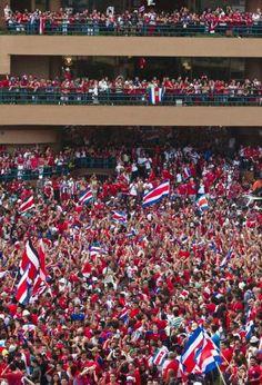 Es un estadio. Está en San José, Costa Rica. Ellos jugo fútbol.Hay mucha gente aquí. Es muy rico. Usted puede ver un practicar.