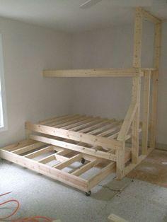 Construido en literas con cama nido. Le da un montón de espacios para dormir…