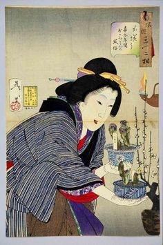 風俗三十二相 かいたさう 絵 師: 大蘇芳年 「嘉永年間のおかみさんの風俗」とあり、暖かそうな着物でお歯黒をして、両手にひとつずつ持ったフクジュソウの鉢を真剣に品定めしているようすは、幕末の夜店の風景だと思われます。紫色を帯びた福寿草の花色の珍しさもさることながら、染付鉢の美しさも目を引きます。「風俗三十二相」は大蘇芳年の美人画揃物で、ほかに「ねむさう」「うるささう」「めがさめさう」などがあります。