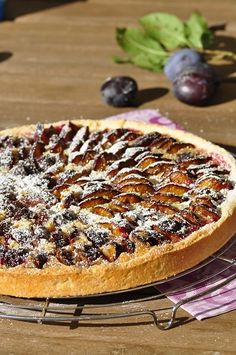 Tarte aux quetsches façon amandine - Blog cuisine avec du chocolat ou Thermomix… Tart Recipes, Sweet Recipes, Cooking Recipes, Easy Desserts, Dessert Recipes, Good Food, Yummy Food, Looks Yummy, Sweet And Salty
