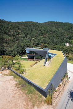 cement grass roof - an amazing modern earth-sheltered house Green Architecture, Landscape Architecture, Architecture Design, Roof Design, House Design, Residential Roofing, Unusual Homes, Earthship, Showcase Design