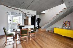 """Amei a iluminação sobre a mesa!    """"Se a arquitetura desta casa em Poznań, na Polônia, é moderna – cheia de linhas retas, cômodos comunicantes e materiais expostos ao natural – a decoração ousa ao permitir-se apostar em móveis com molduras curvilíneas, de inspiração mais clássica."""" (Casa Vogue)"""