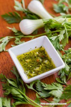 Receta de salsa de chimichurri, una salsa típica de Argentina que puedes preparar en casa con esta receta | Cocina Muy Fácil | http://cocinamuyfacil.com
