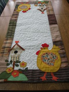 Trilho galinha by flavia_sm1963, via Flickr Quilting Projects, Quilting Designs, Sewing Projects, Table Runner And Placemats, Quilted Table Runners, Chicken Crafts, Felt Pillow, Chickens And Roosters, Penny Rugs