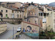 Avec son équipe, l'artiste français Patrick Commecy anime les murs des villes du monde entier.  L'artiste français Patrick Commecy et son équipe  transforment les façades tristes et ennuyeuses à travers la France . Ses oeuvres hyperréalistes à l'image des fenêtres, balcons et tuiles ressemblent à ce qu'on pourrait trouver dans un petit village, Commecy  intègre souvent dans ses fresques des personnages célèbres et influents de l'histoire de la ville où le trompe-l'oeil est peint.