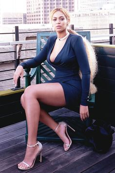 Beyonce shows off curves in figure-hugging green dress - Ego: Beyonce took her photo shoot outside to pose on a green chair perched high above the city on a - Style Beyonce, Beyonce Show, Serena Williams Wedding, Kim Kardashian, Beyonce Knowles, Female Singers, Beautiful Black Women, Sexy Legs, Legs