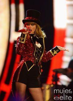 Taylor Swift vestida como domadora de circo en los premios MTV europeos 2012