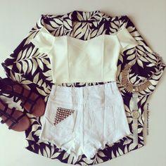 Calções ganga clara + top branco + casaco branco e preto + sandálias pretas
