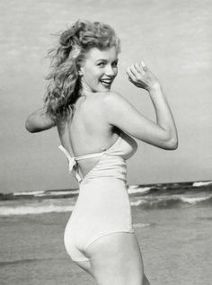 Marilyn Monroe at beach.  this may be my favorite photo of her