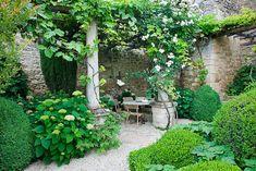 120 stunning romantic backyard garden ideas on a budge (48)