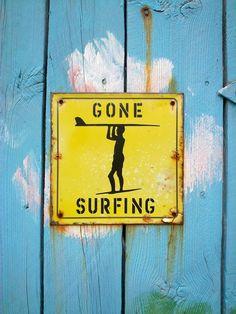 Placa de surf combinadas com madeira estilo demolição. Muito tooop!
