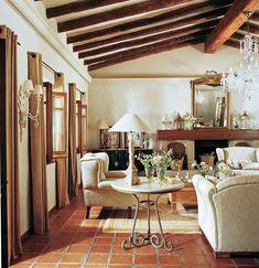 00276922. Salón con vigas de madera, chimenea y sofás y butacas en blanco_00276922