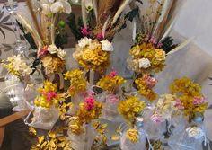 Kit R$335,99 corresponde ao seguinte:  -10 aromatizadores 100 ml. em vidro mede: 9cm.alt.4cm,larg.com tampa de rosquear, contém fixador para maior durabilidade do aroma,acompanha ramos de flores secas + 4 palitos + 1 mini rosa em eva, ou poderá ser uma rosa de flor seca  desidratada + saquinho em organza, aromas que recomendo: pimenta rosa ou Bambu - voce escolhe, ou outros aromas que voce preferir eu faço.cada unidade de aromatizador R$ 15,90  -Trio de vasos nos tamanhos: P/M/G (cada trio…