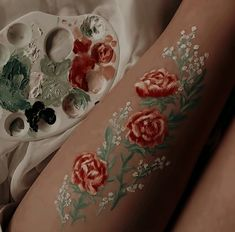 Florals theme, Acrilycs painting on legs. Red Roses and flowers art Hoe inspiration hoe aesthetic painting ✧ roses are red, for me you're dead ✧ on We Heart It Leg Painting, Mirror Painting, Body Painting Girls, Body Paint Art, Image Painting, Art Hoe Aesthetic, Aesthetic Painting, Belle Aesthetic, Aesthetic Drawings