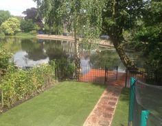 Tuin met bankirai terras aan het water in Rotterdam-Kralingen.