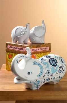 Elephant Salt & Pepper Shakers http://rstyle.me/n/dnuxfpdpe