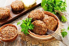 Buchweizen ist basisch, gesund und glutenfrei. Wer mal ein vegetarisches Rezept kochen möchte das jedem schmeckt, testet diese herzhaften Bratlinge.
