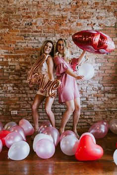 How To Throw The Best Galentine's Party For You And Your Besties – - Valentinstag Ideen Valentine Picture, Valentines Day Pictures, Valentines Day Food, My Funny Valentine, Valentines Day Decorations, Valentine Party, Valentinstag Party, Safe The Date Karten, Photos Saint Valentin