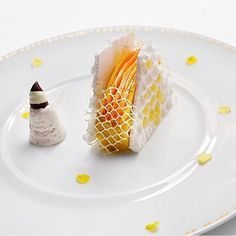 Look at that delicate latticework. Lemon bee pollen sorbet by @lerouxeddy & @ghayaoliveira at @restaurantdaniel. : @signebirck #TheArtOfPlating
