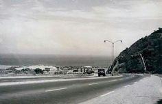 Panorámica de la recién construida para la época, de nuestra autopista Caracas La Guaira. Al final logramos divisar, el primer peaje que llegó a existir al comienzo de la autopista hacia Caracas. Circa 1958-1950.