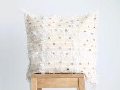 cojín blanco con lentejuelas. moroccan wedding blanket cushion. dar amïna shop