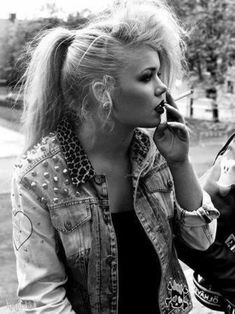 80er Kleidung Punk Outfit für Frauen, Denim Jacke mit Metallkapseln und Leopard Print, topierte Haare