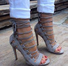 Calça branca e sandália cinza, perfeição
