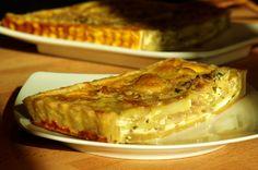 Σερβίρισμα τάρτας με πατάτες, καραμελώμενα κρεμμύδια και παρμεζάνα, σε θερμοκρασία δωματίου.