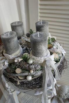 Weihnachtszeit für alle Sinne.... ein frisch duftenden Adventskranz, das frische Grün der Konifeeren, der Glanz des Lichtes.... Durchmesser ca. 36cm Höhe ca. 23cm Die Kerzen sind Save-Candles...