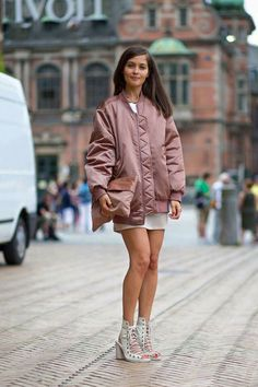 Diego Zuko captures the chic-on-the-street looks from Copenhagen Fashion Week. New Street Style, Looks Street Style, Cool Street Fashion, Street Chic, Street Style Women, Paris Street, Foto Fashion, Fashion Moda, Mundo Fashion