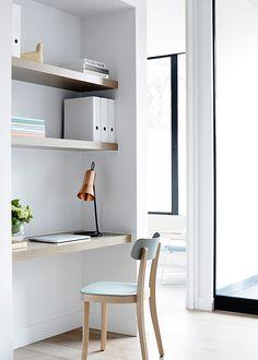 Una nicchia può diventare zona studio. Basta collocare delle mensole che fanno da scaffale ed una, piu profonda che faccia da piano di lavoro. Una sedia ed il gioco è fatto.