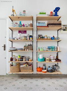 As prateleiras dessa cozinha foram feitas pelos próprios moradores com madeira pinus, trilhos e mão francesa. Para deixá-la ainda mais charmosa, coloque em destaque suas peças mais bonitas :)