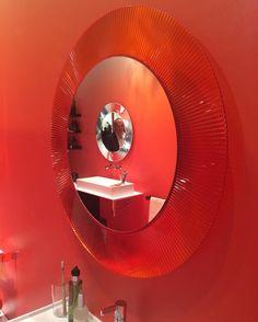 Nie macie pomysłu na lustro w łazience? Czerwone lustro All Saints firmy Kartell by Laufen to dzieło sztuki które ożywi każde wnętrze. Lustro dostępne na Designisgood.pl